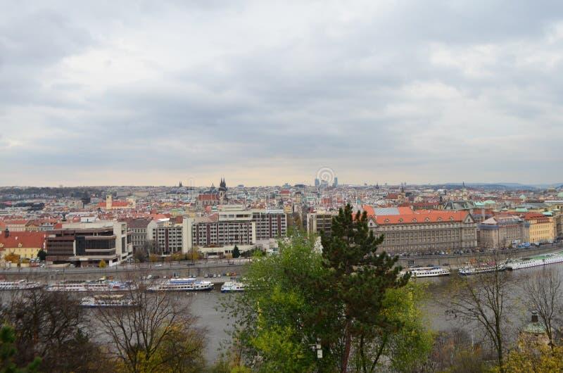 Vue élevée de ville et rivière de Vltava de parc de Letna à Prague, République Tchèque photographie stock