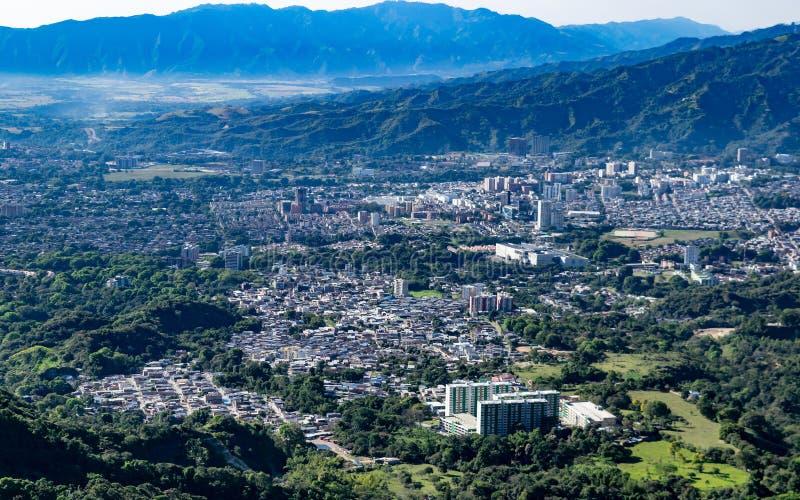 Vue élevée des montagnes de la ville d'Ibague C photos stock