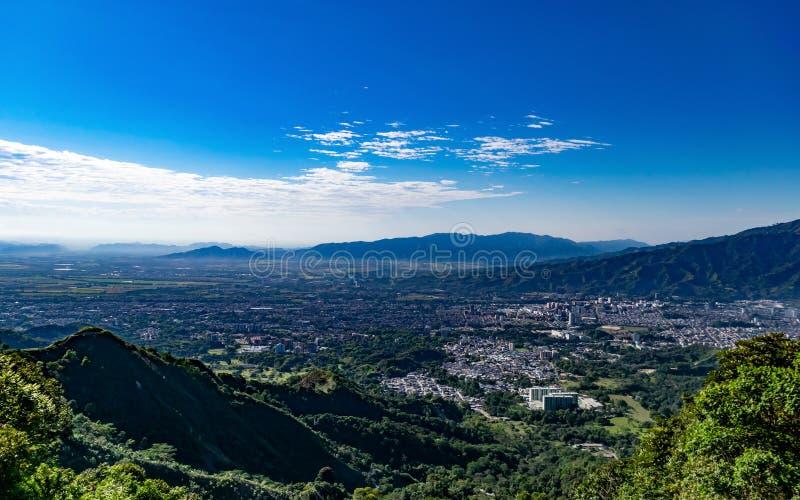 Vue élevée des montagnes de la ville d'Ibague A images stock