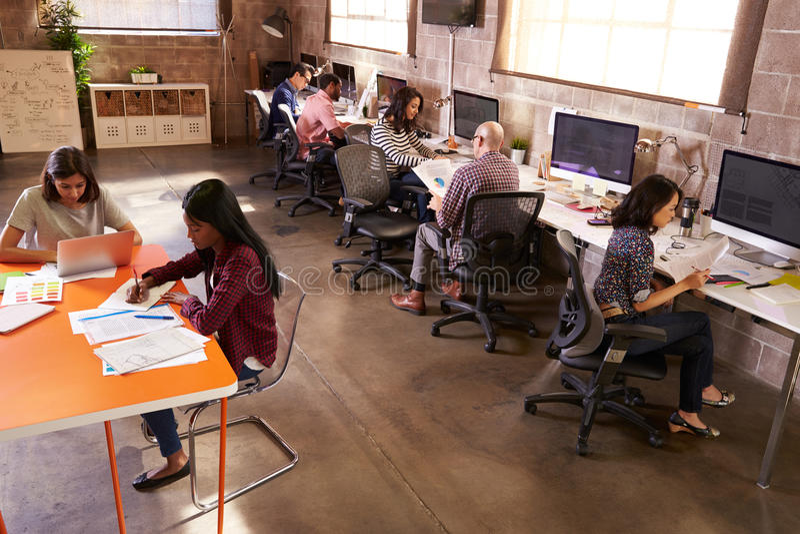 Vue élevée des personnes travaillant dans le bureau de conception moderne images libres de droits