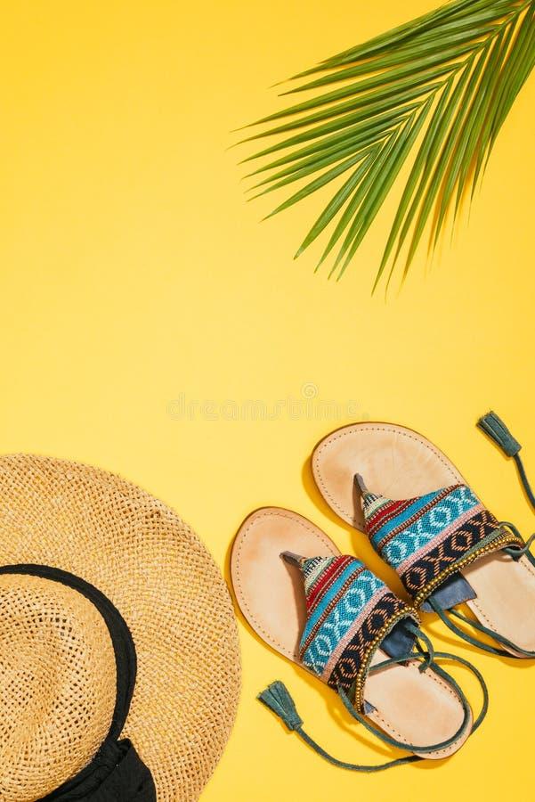 vue élevée des sandales femelles de chapeau de paille, en feuille de palmier et élégantes photographie stock