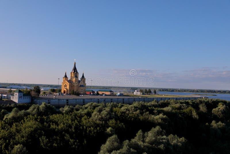 Vue éloignée chez Alexander Nevsky Cathedral au point de confluent de rivières de Volga et d'Oka photographie stock libre de droits