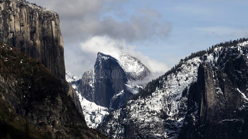 Vue éloignée de Halfdome avec la neige Yosemite photographie stock