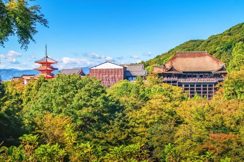Vue éloignée de temple de Kiyomizu-dera à l'intérieur de feuillage vert et de ciel bleu ci-dessus à Kyoto, Japon images stock