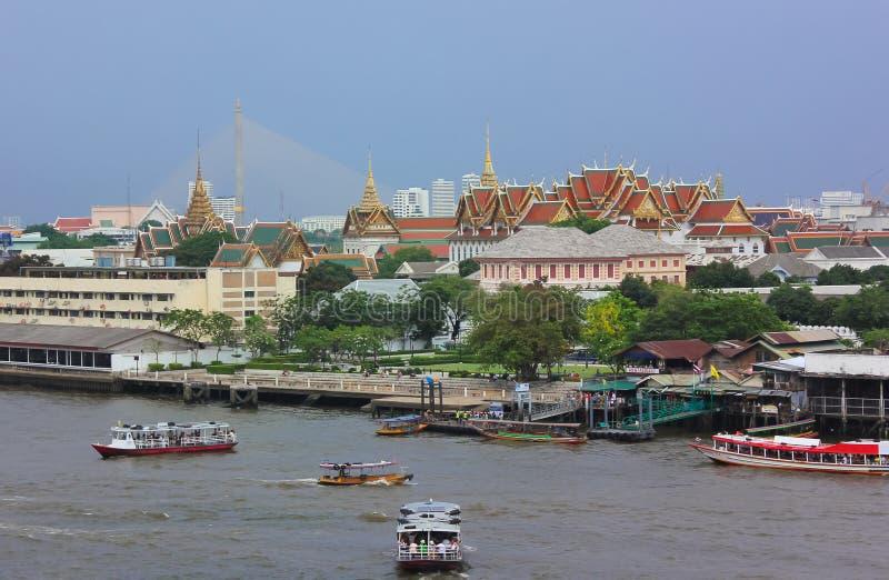 Vue éloignée du palais grand à côté de Chao Phraya River à Bangkok photo libre de droits