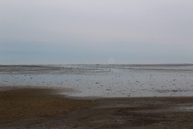 Vue éloignée sur un watt sous un ciel bleu sur le juist du nord Allemagne d'île de mer photographie stock libre de droits