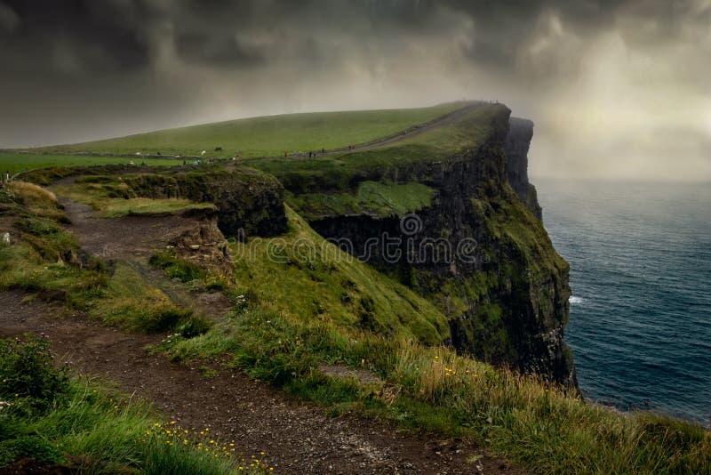 Vue épopée des fameuses falaises de Moher et de l'océan Atlantique sauvage, Comté de Clare, Irlande photo stock