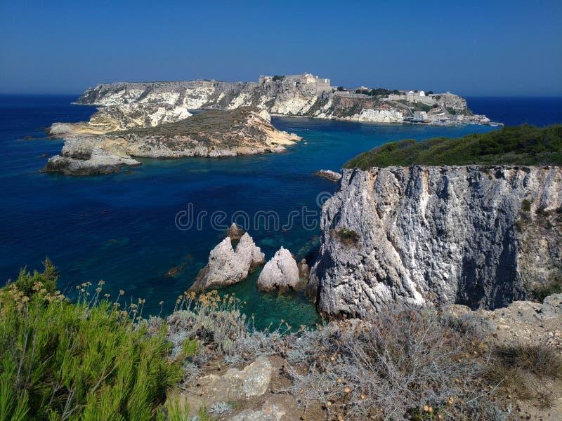 Vue étonnante d'île de Tremiti en parc national de Gargano photographie stock libre de droits