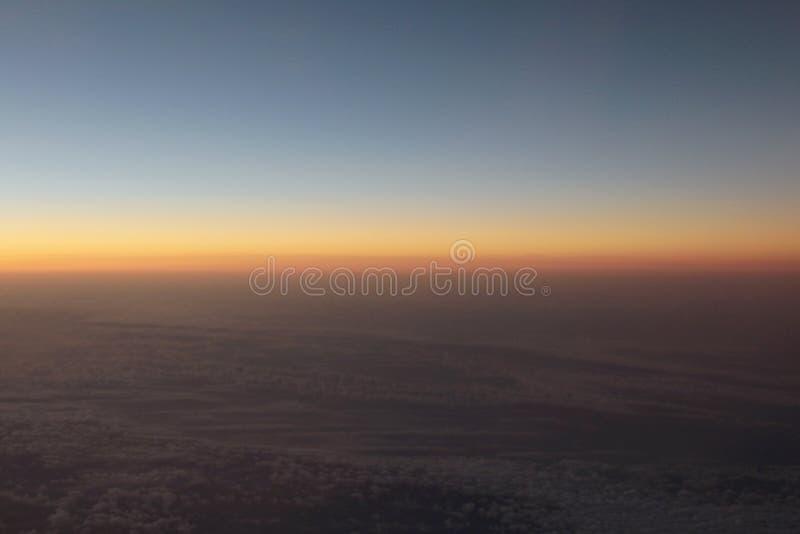 Vue étonnante d'avion sur le ciel, le soleil de coucher du soleil et les nuages photo stock
