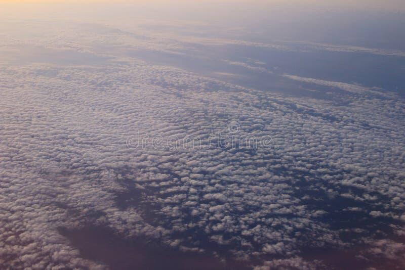 Vue étonnante d'avion sur le ciel, le soleil de coucher du soleil et les nuages images stock