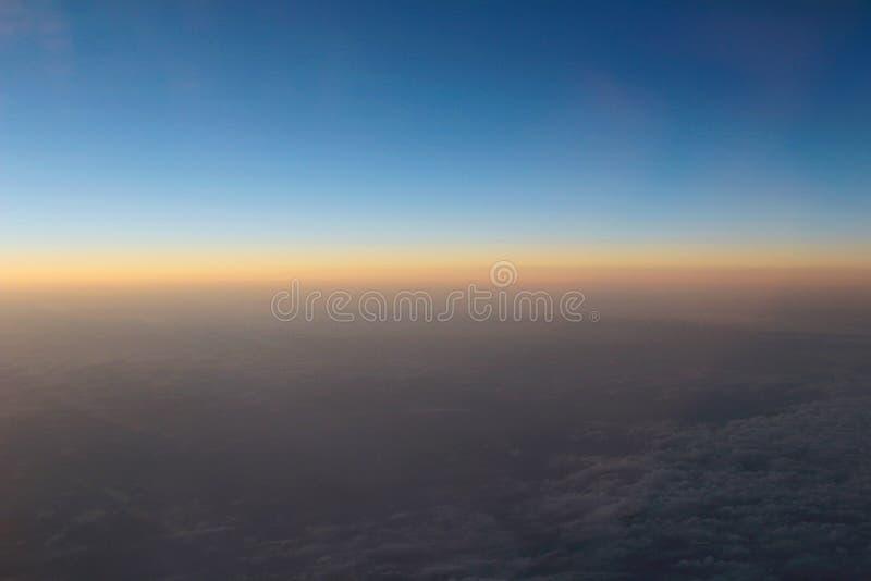 Vue étonnante d'avion sur le ciel, le soleil de coucher du soleil et les nuages photos stock