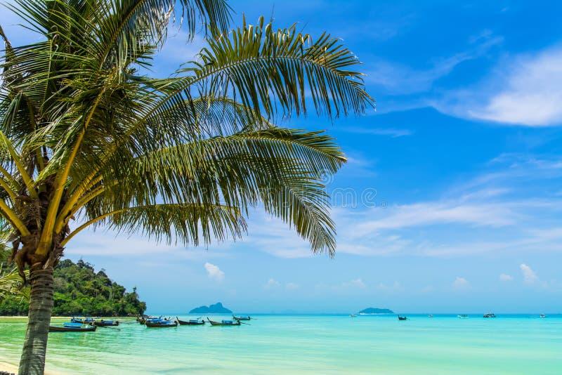 Vue étonnante de belle plage avec le longta traditionnel de la Thaïlande image stock