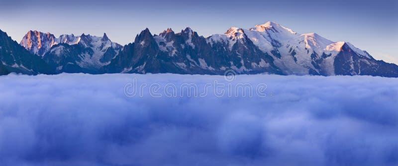 Vue étonnante de la gamme de montagne de Mont Blanc pendant l'été Avec lui est les beaux glaciers, les crêtes élevées et les voya images stock