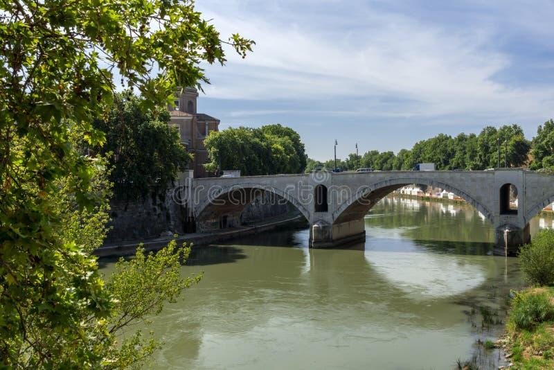Vue étonnante de la rivière du Tibre et du Ponte Principe Amadeo Savoia Aosta dans la ville de Rome, Italie photos libres de droits