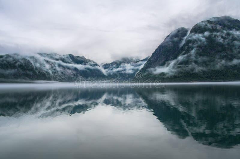 Vue étonnante de paysage de nature de lac entourée par mounta brumeux photographie stock libre de droits