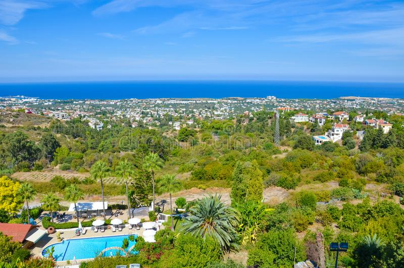 Vue étonnante de paysage subtropical dans la saison d'été rentrée par région de Kyrenia de Chypriote photo libre de droits