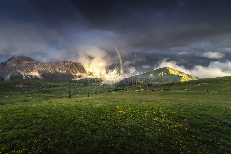 Vue étonnante de paysages de montagne verte avec le ciel bleu sur le coucher du soleil des dolomites, Italie images stock