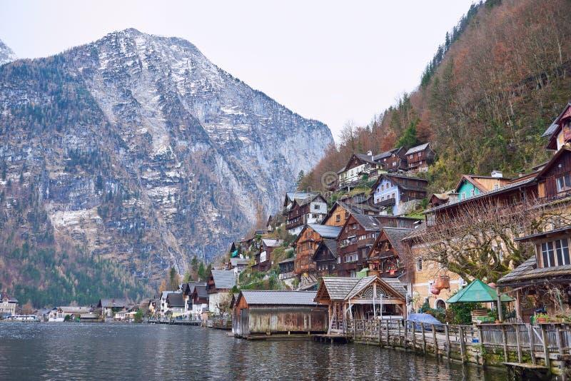 Vue étonnante de village de montagne célèbre de Hallstatt dans les Alpes autrichiens Hallstatt, Autriche Couleurs neutres en auto image stock