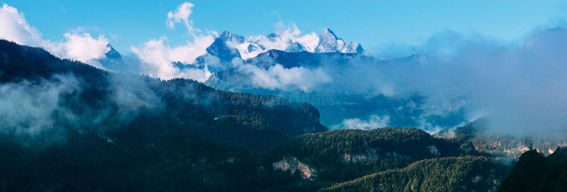 Vue étonnante des Alpes de la Suisse image stock