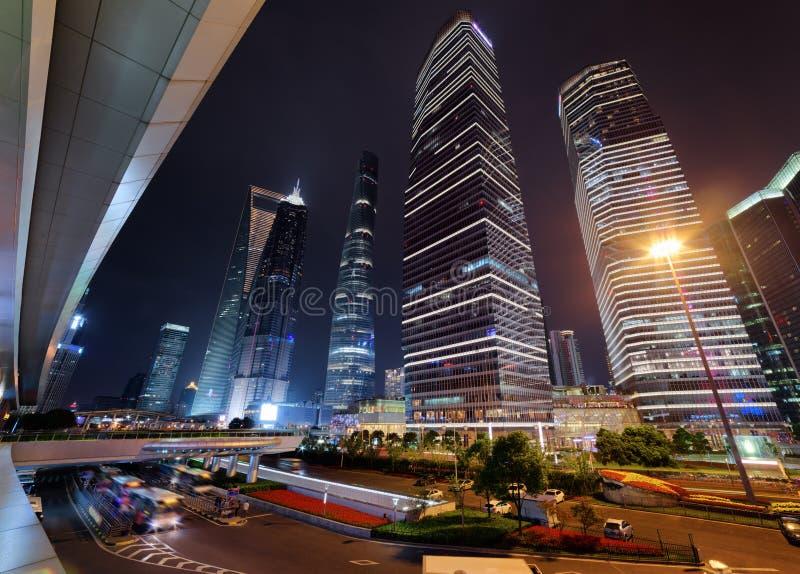 Vue étonnante des gratte-ciel sur l'avenue de siècle la nuit, Changhaï photos libres de droits