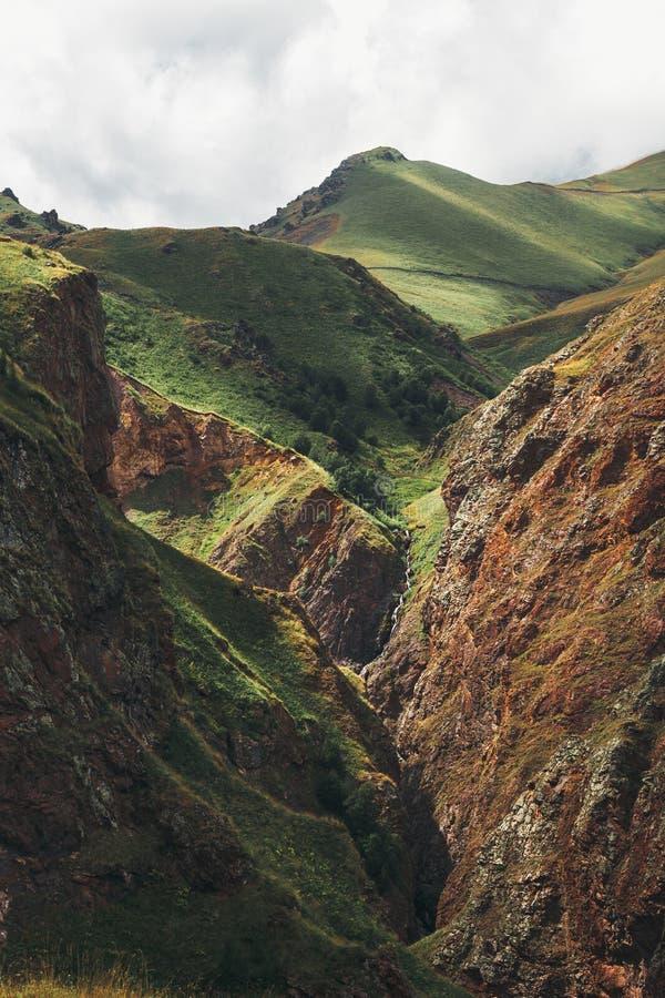 Vue étonnante des montagnes dans la région d'Elbrus en été Caucase du nord, Russie image stock