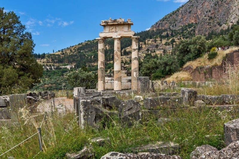 Vue étonnante des ruines et de l'Athena Pronaia Sanctuary au site archéologique du grec ancien de Delphes, Grèce photographie stock libre de droits