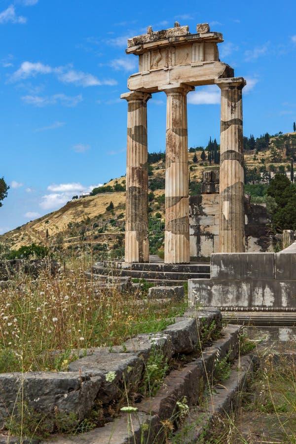 Vue étonnante des ruines et de l'Athena Pronaia Sanctuary au site archéologique du grec ancien de Delphes, Grèce image libre de droits