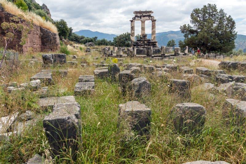Vue étonnante des ruines et de l'Athena Pronaia Sanctuary au site archéologique du grec ancien de Delphes, Grèce images stock