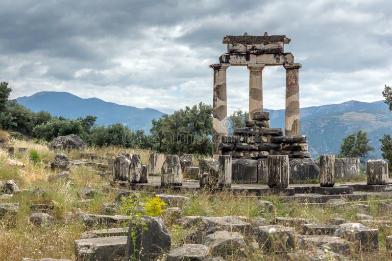 Vue étonnante des ruines et de l'Athena Pronaia Sanctuary au site archéologique du grec ancien de Delphes, Grèce images libres de droits