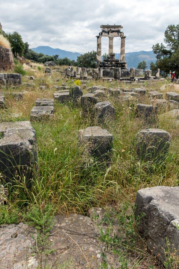 Vue étonnante des ruines et de l'Athena Pronaia Sanctuary au site archéologique du grec ancien de Delphes, Grèce photo libre de droits