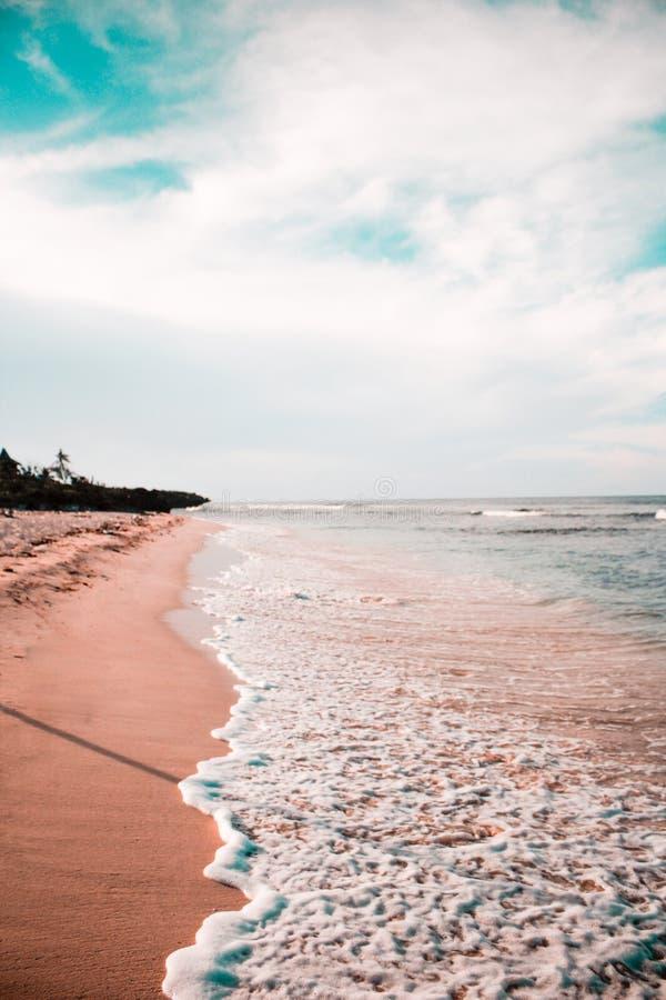 Vue étonnante des vagues dans Cali photos stock