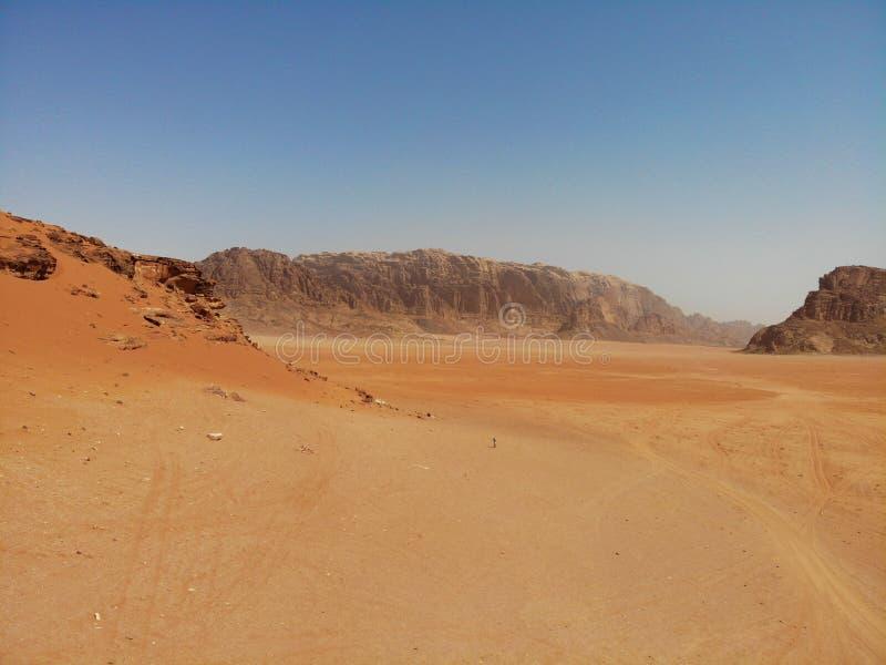 Vue étonnante en haut dessus du désert énorme, rouge, chaud et très beau Wadi Rum Royaume de la Jordanie, pays arabe en Asie occi photos stock