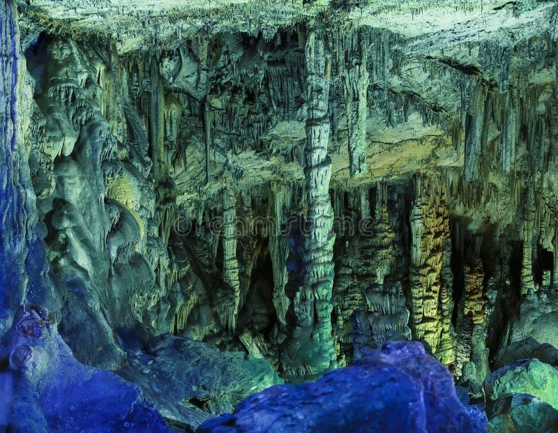 Vue étonnante sur des stalactites dans la lumière lumineuse colorée, belle attraction naturelle, nature merveilleuse, endroit tou photos libres de droits