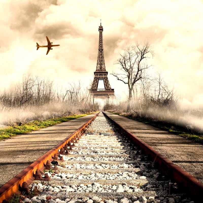 Vue étrange de Tour Eiffel avec l'avion photos stock