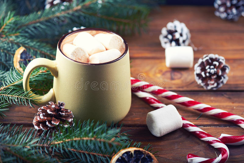 Vue étroite à la tasse avec la table en bois de chocolat chaud image libre de droits