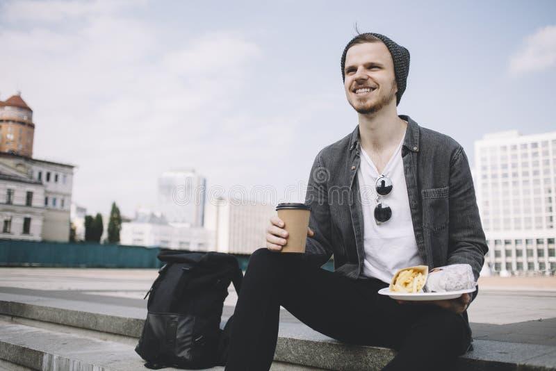Vue étroite d'un touriste heureux qui apprécie son repos et repas pendant le beau jour ensoleillé photos libres de droits