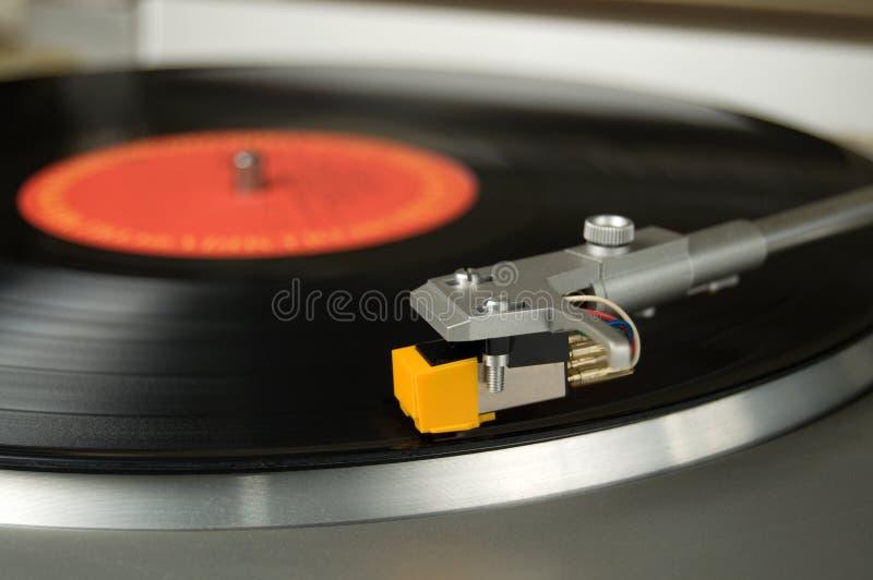 Vue étroite d'une vieille plaque tournante avec un disque vinyle images stock