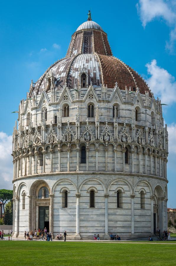 Vue étroite de baptistère roman de St John Baptistry à l'attraction touristique populaire de Miracoli Piazza del Duomo de dei de  image libre de droits