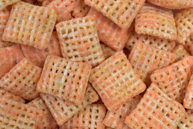 Vue étroite de biscuits croustillants de riz de fromage de cheddar photographie stock libre de droits