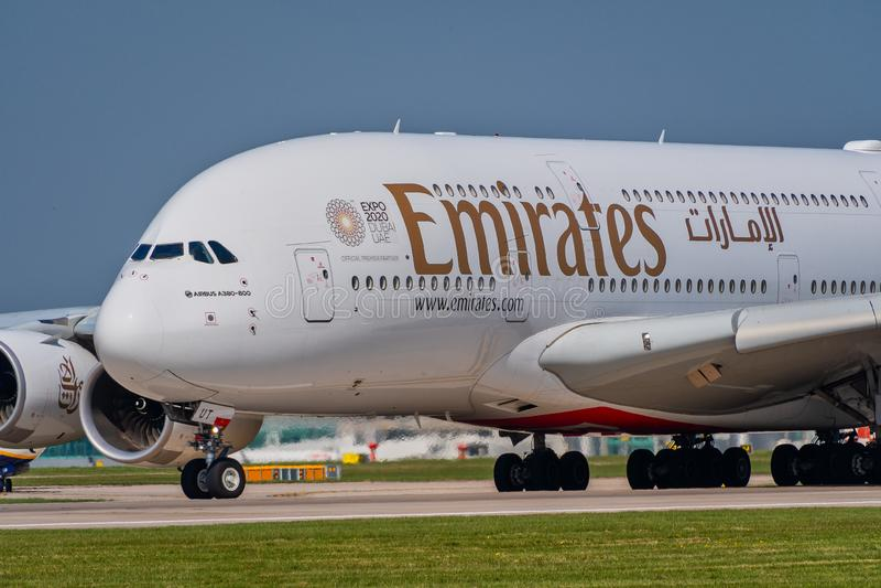 Vue étroite de l'avant de l'émirats Airbus A380 photos stock