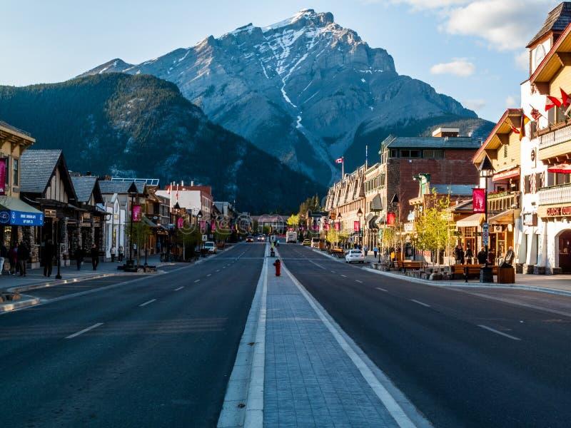 Vue étroite de townsite de Banff photographie stock libre de droits