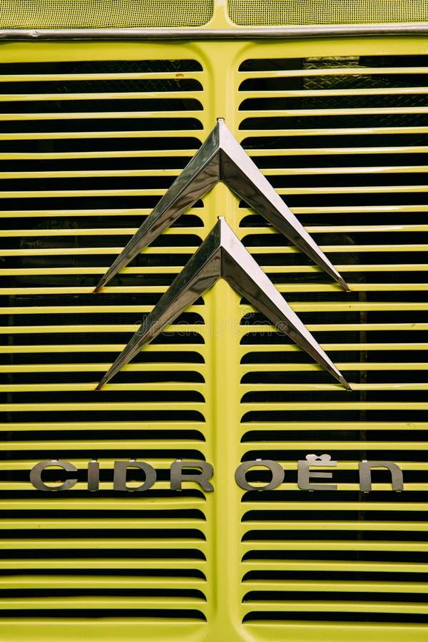 Vue étroite de vieux Logo Logotype Sign Of Citroen sur Hood Of Old Retro Vintage images stock