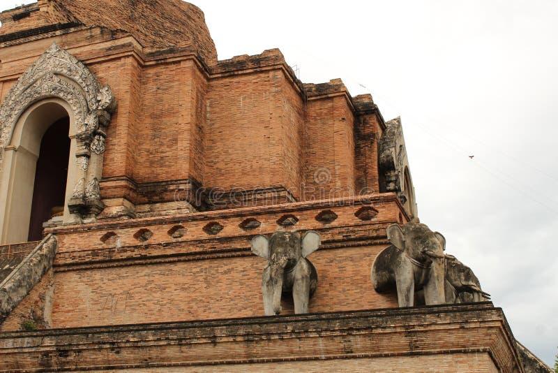 Vue étroite de Wat Chedi Luang, Chiang Mai photographie stock