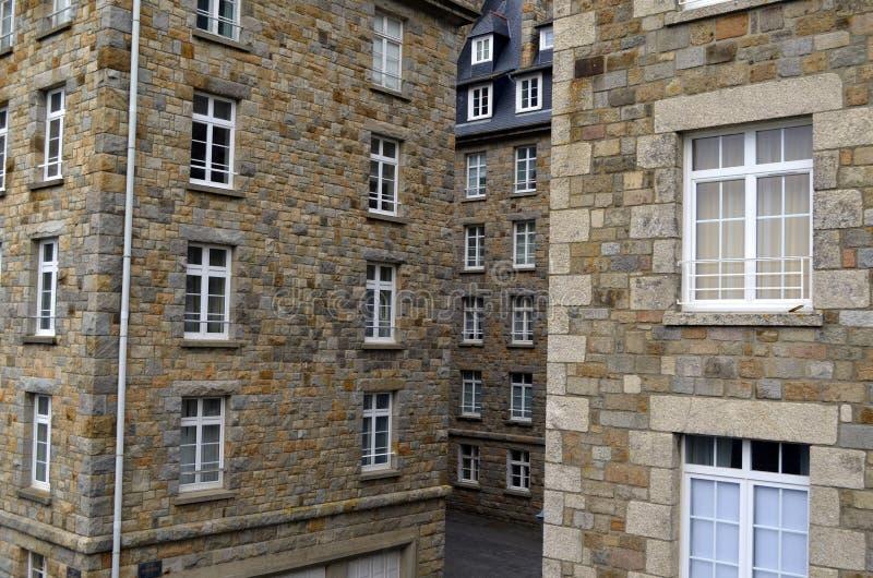 Vue étroite des bâtiments de granit de Saint Malo en Bretagne, France image libre de droits