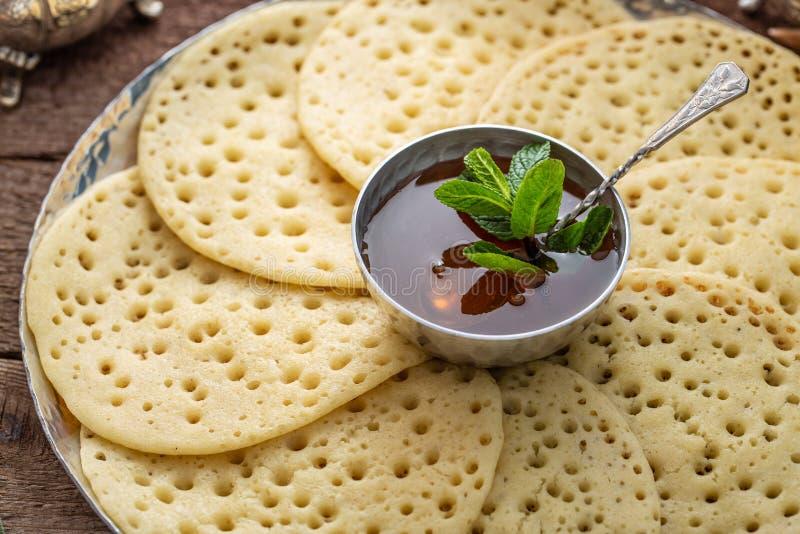 Vue étroite des crêpes Baghrir de Morrocan avec du miel image libre de droits