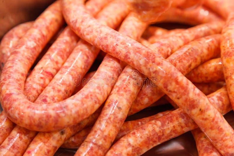 Vue étroite des saucisses minces crues faites maison images stock