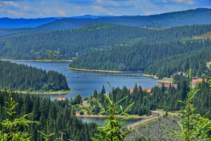Vue étroite du lac et des montagnes Fantanele photographie stock