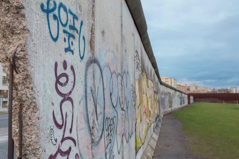 Vue étroite du mur de Berlin historique Allemagne photographie stock
