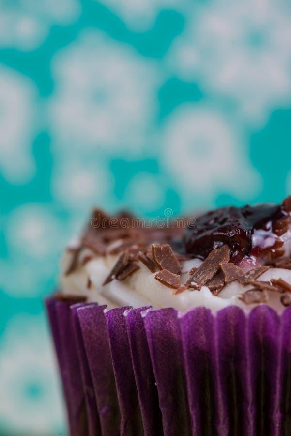 Vue étroite sur le gâteau de tasse au-dessus de coloré photo libre de droits
