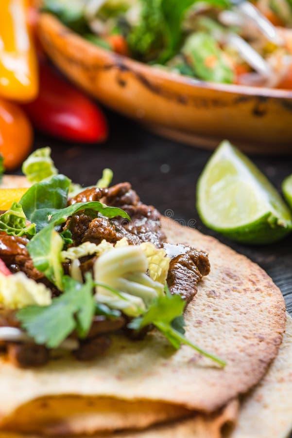 Vue étroite sur le tacos de mexina avec du boeuf et des légumes photos libres de droits